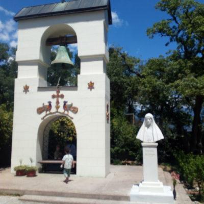 Звоница Храма Покрова Пресвятой Богородицы в Ореанде, памятник Великой княгине Елизавете Федоровне