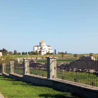Вдали - древний город