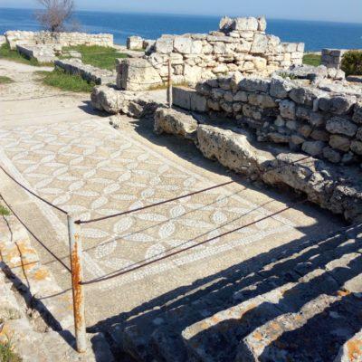 Древняя мозаика украшала пол в храме