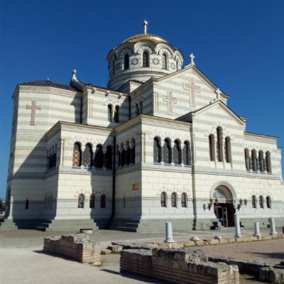 Рядом с Владимирским собором - руины древнего храма