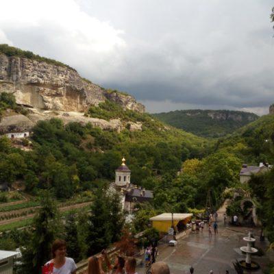 В долине - Свято-Успенский монастырь
