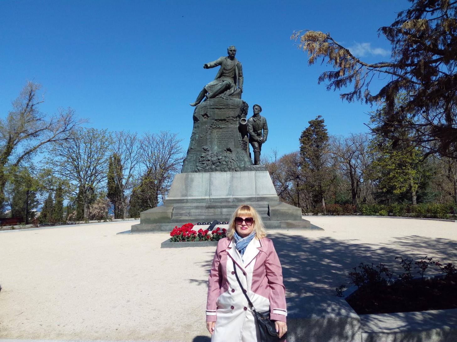 У памятника адмиралу Корнилову на Малаховом кургане