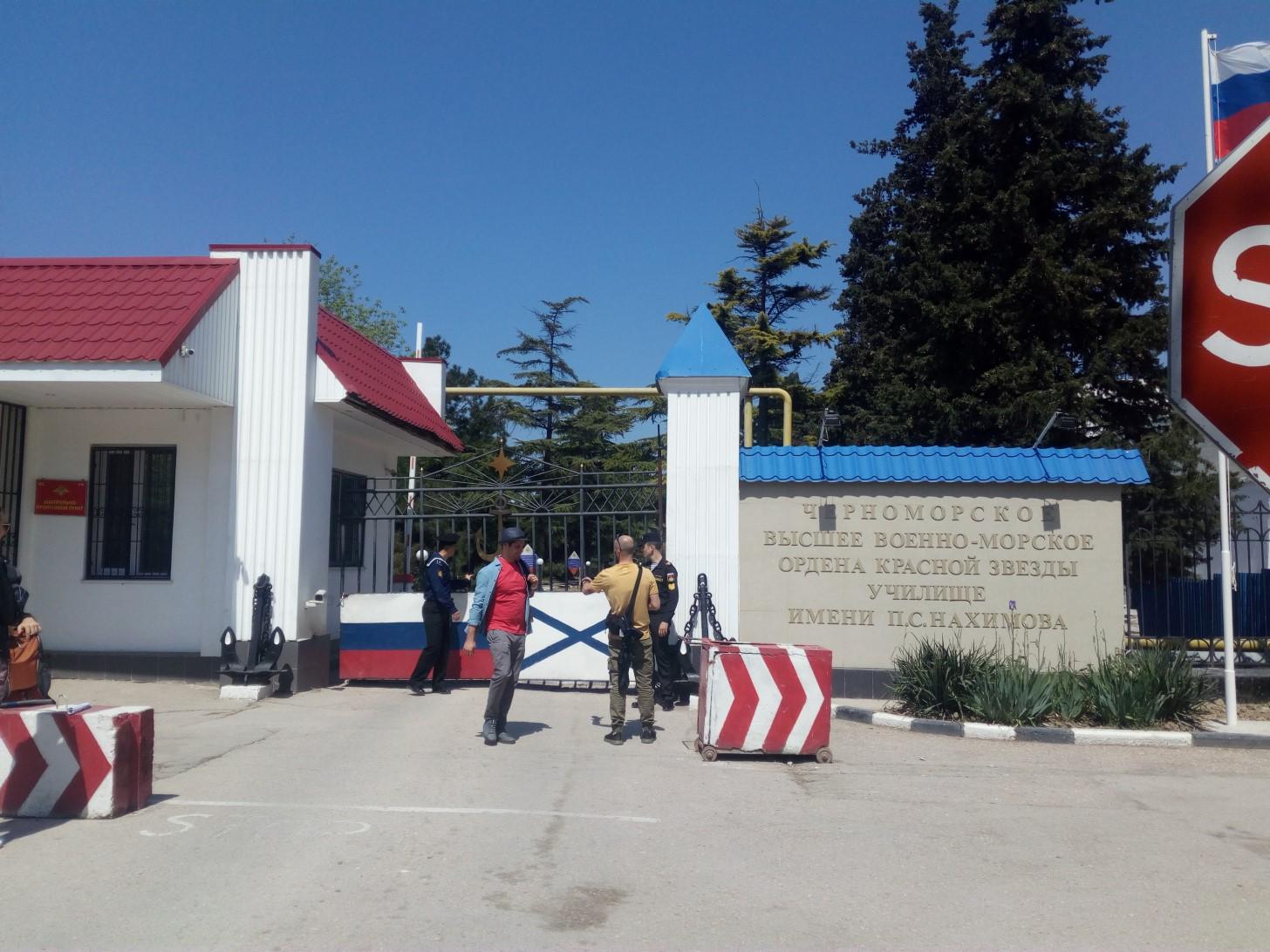 Около Нахимовского училища