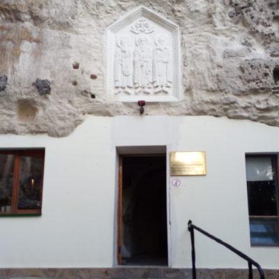 В скале - пещерные храмы