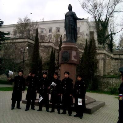 Около памятника Екатерине Великой