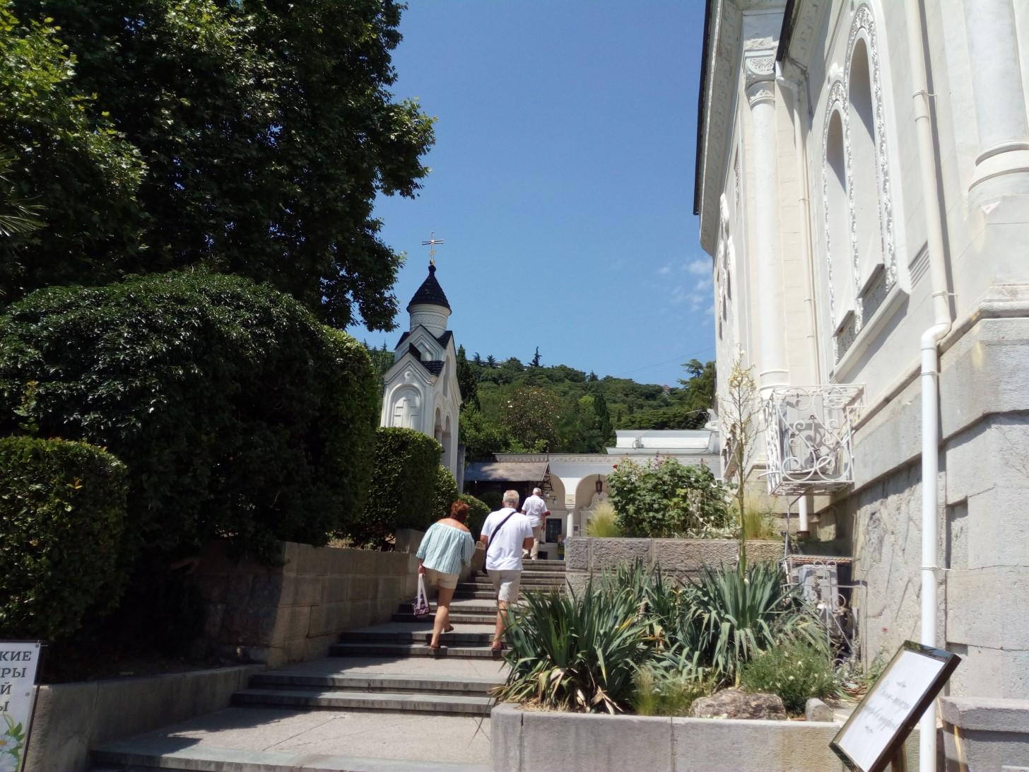 Дорога к храму в Ливадии