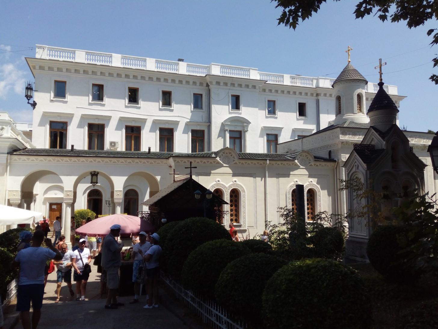Около Ливадийского дворца