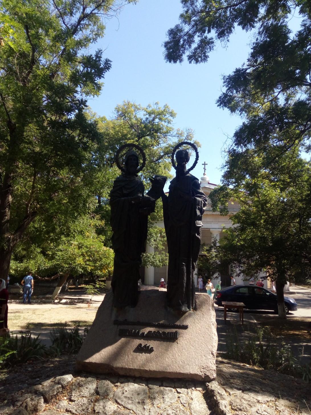 Памятник Кириллу и Мефодию около Петропавлоского храма